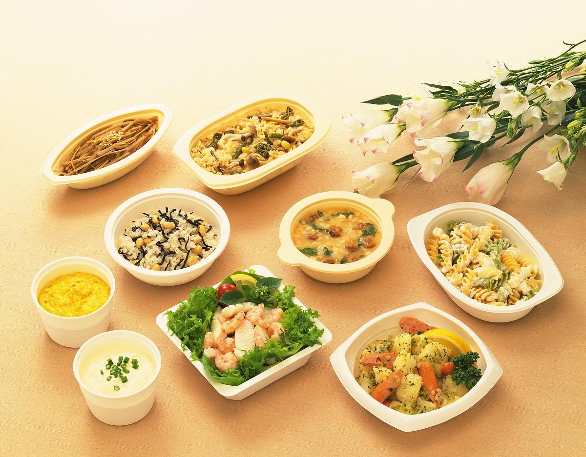 食品�zl�9��9�+_各种食品的塑料菜肴,高角度查看,橙色背景