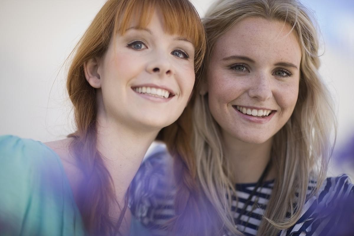 2个女朋友微笑图片