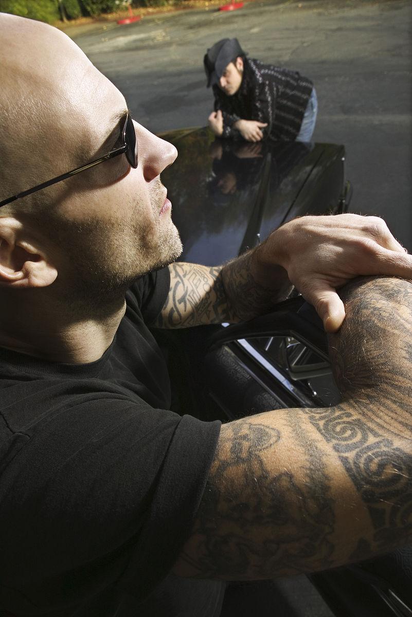 人,户外,30岁到34岁,35岁到39岁,侧面视角,头和肩膀,白人,纹身,汽车图片