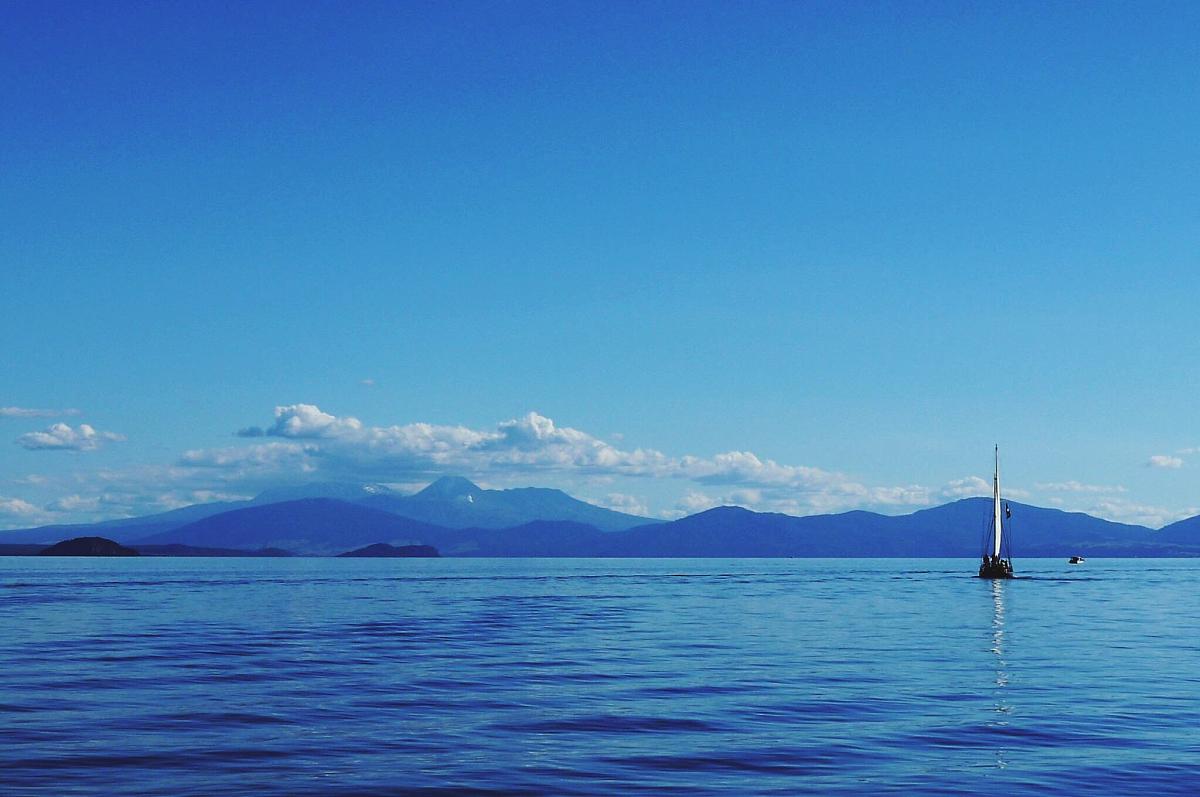 碧海�z.*�yK^[�_平静的碧海孤独的小船