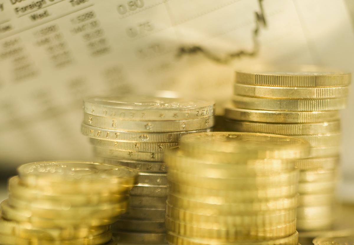 成堆的欧元硬币和汇率图片
