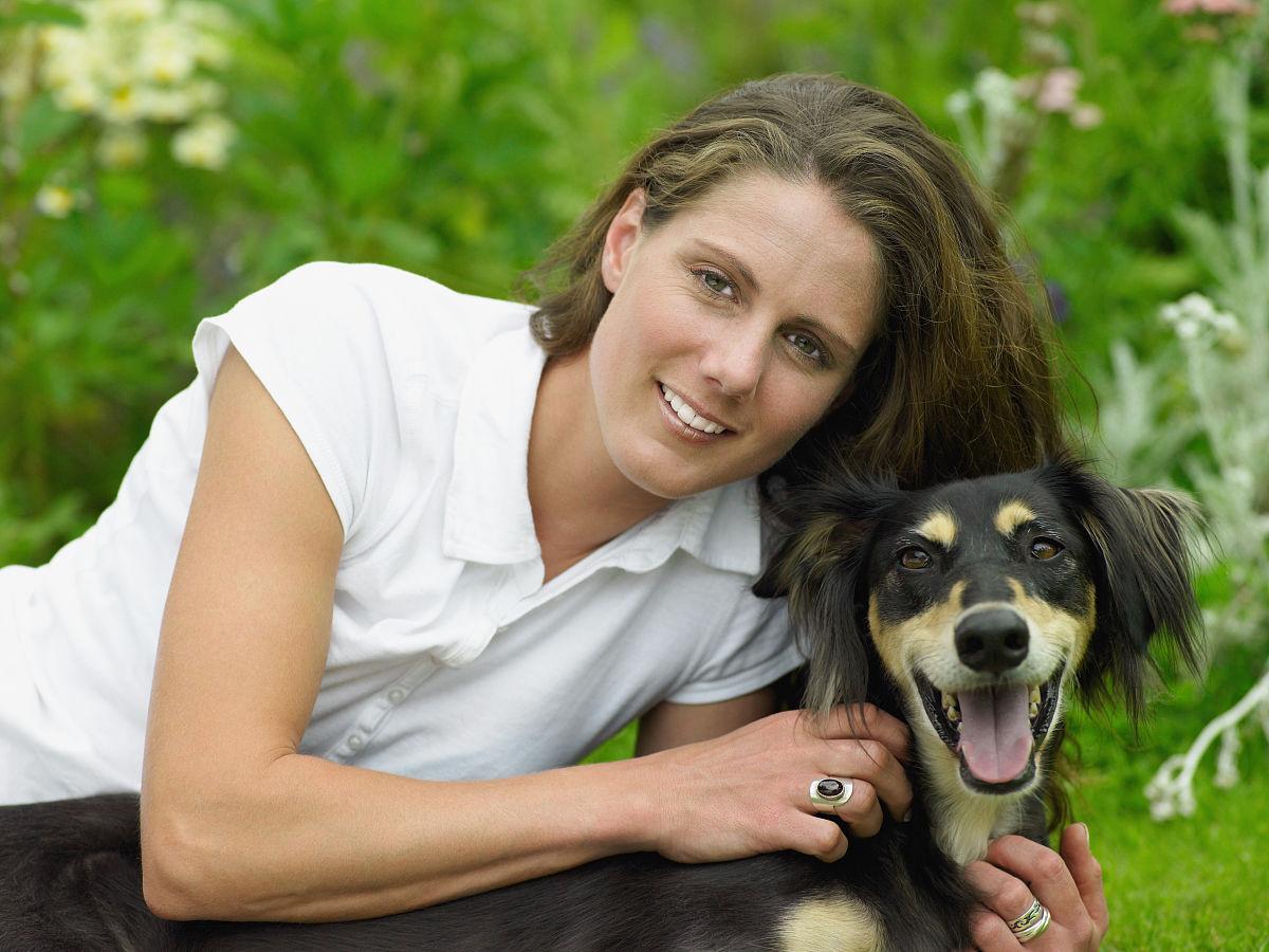 宠物狗的女人图片