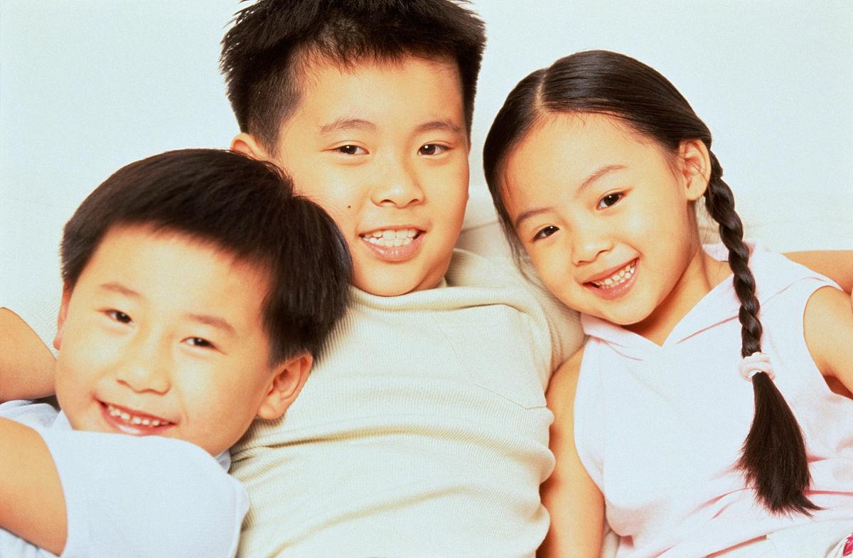 高哥哥妹妹_哥哥抱着弟弟妹妹