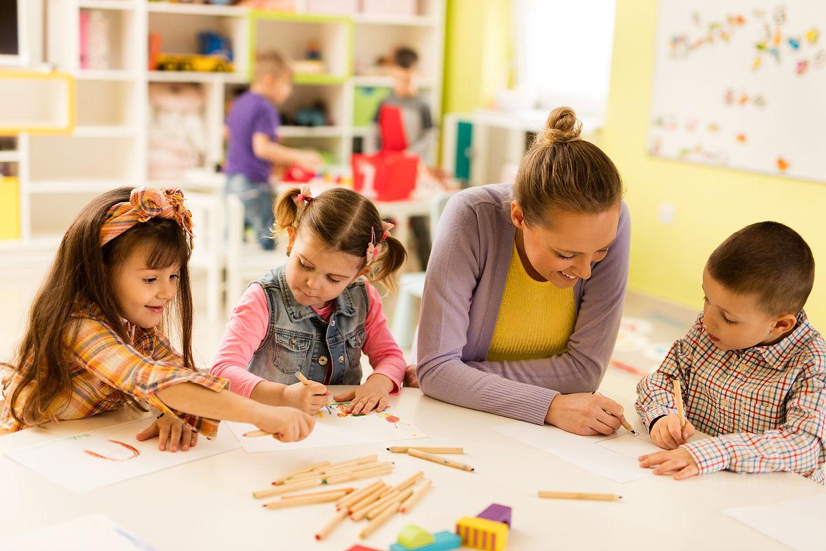 幼儿园美术课幼儿教师素描.图片