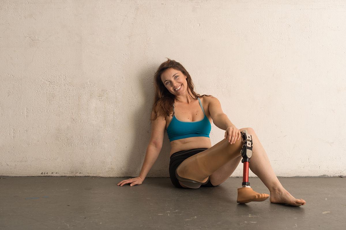美女雨中赤脚_幸福到极点,坐,赤脚,肖像,一个人,25岁到29岁,自然美,田径运动员,仅