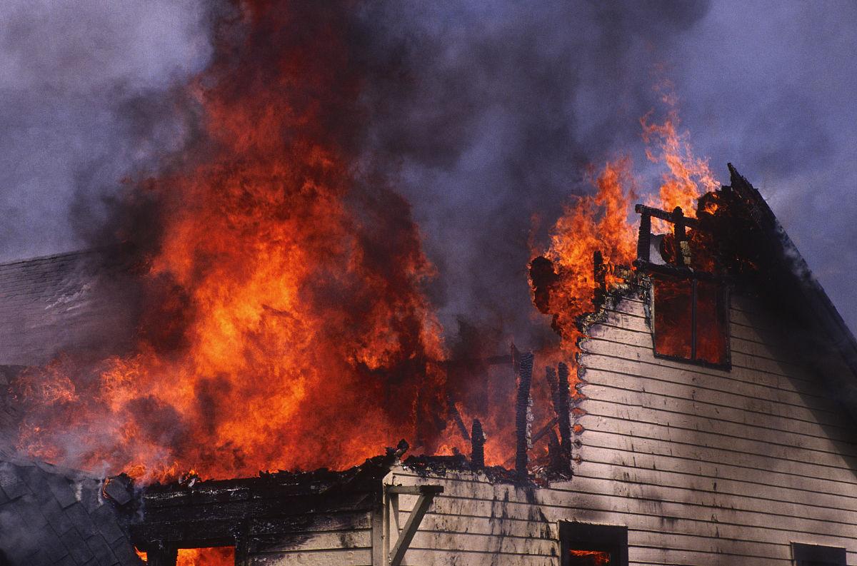 强烈的�y`�K���_住宅火灾,强烈的火焰,倒塌的屋顶