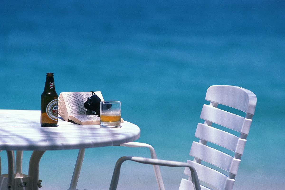 中等数量物体,度假,热带气候,玻璃杯,海洋,椅子,瓶子,桌子,啤酒瓶,无图片