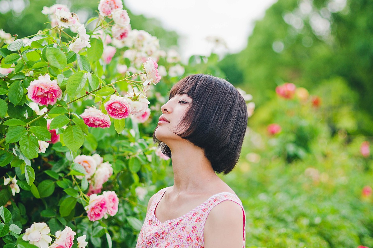 女人yin花_站在花前的女人