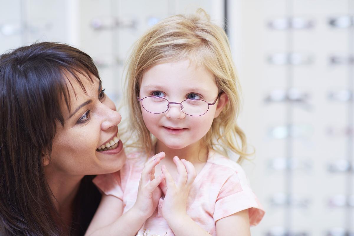 在眼镜店试戴眼镜的女孩图片
