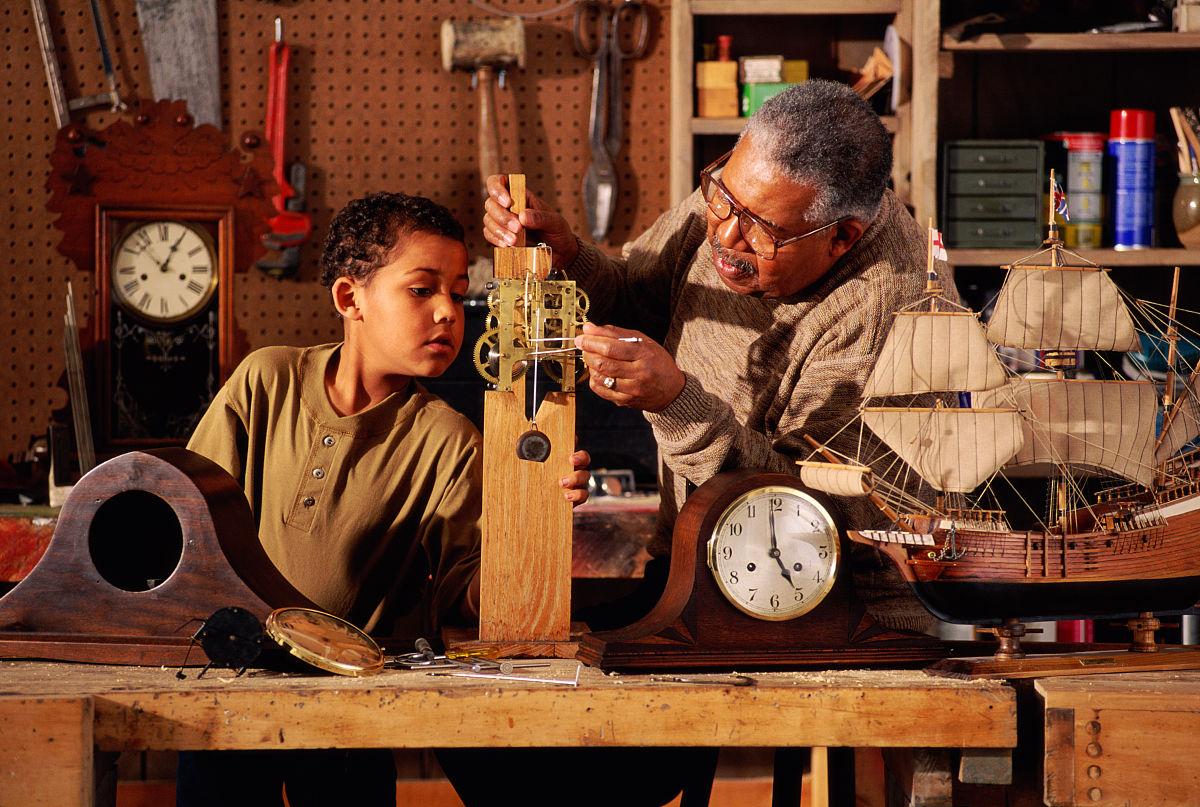 孙辈,孙子,钟,老年男人,黑色人种,非洲人,木工,老年人,青春期前儿童图片