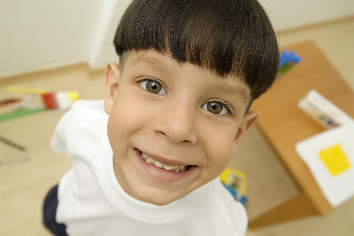 儿童,6岁到7岁,室内,正面视角,仅男孩,仅一名男孩,面部表情,微笑,发型图片