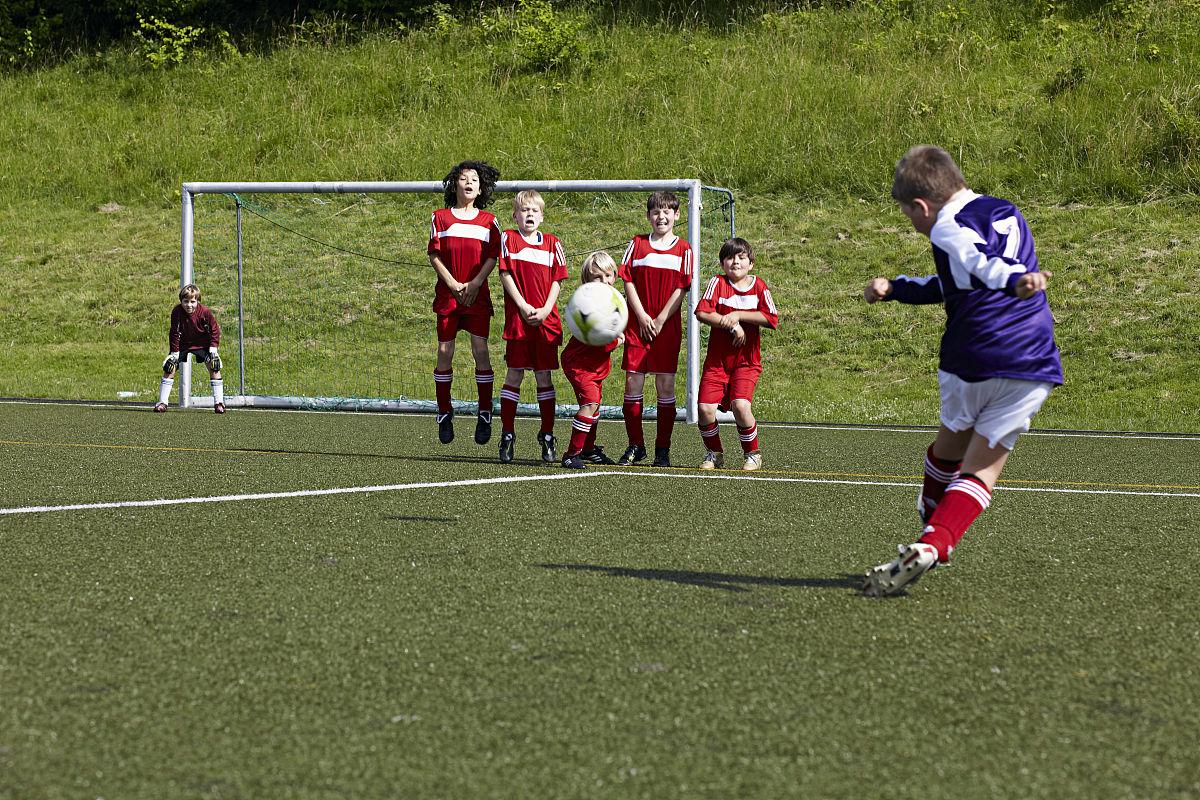 任意球���_在足球训练的男孩,练习任意球,慕尼黑,巴伐利亚,德国
