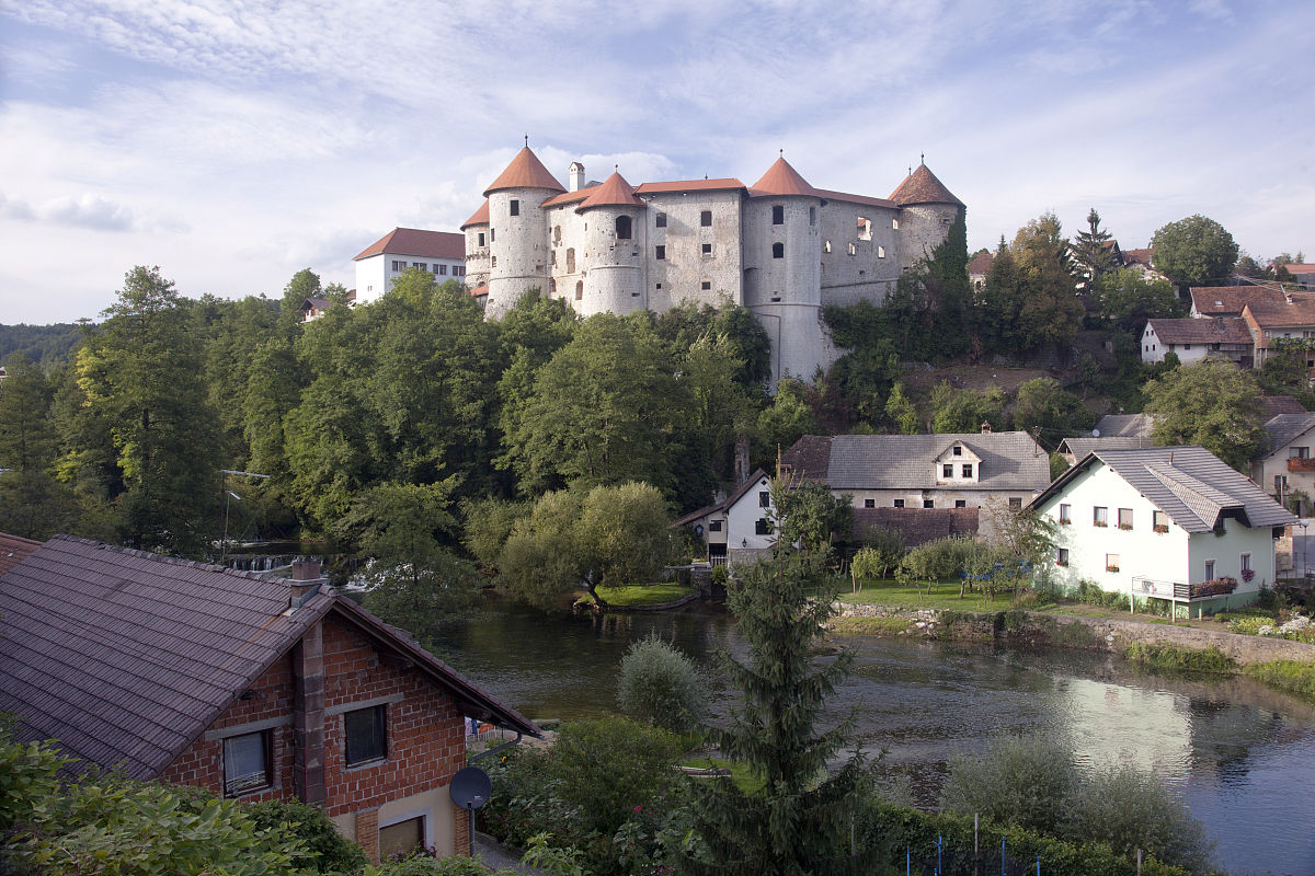 �9��y�-yolz,^��~K����_斯洛文尼亚,zuzemberk,zuzemberk castle和克尔卡河