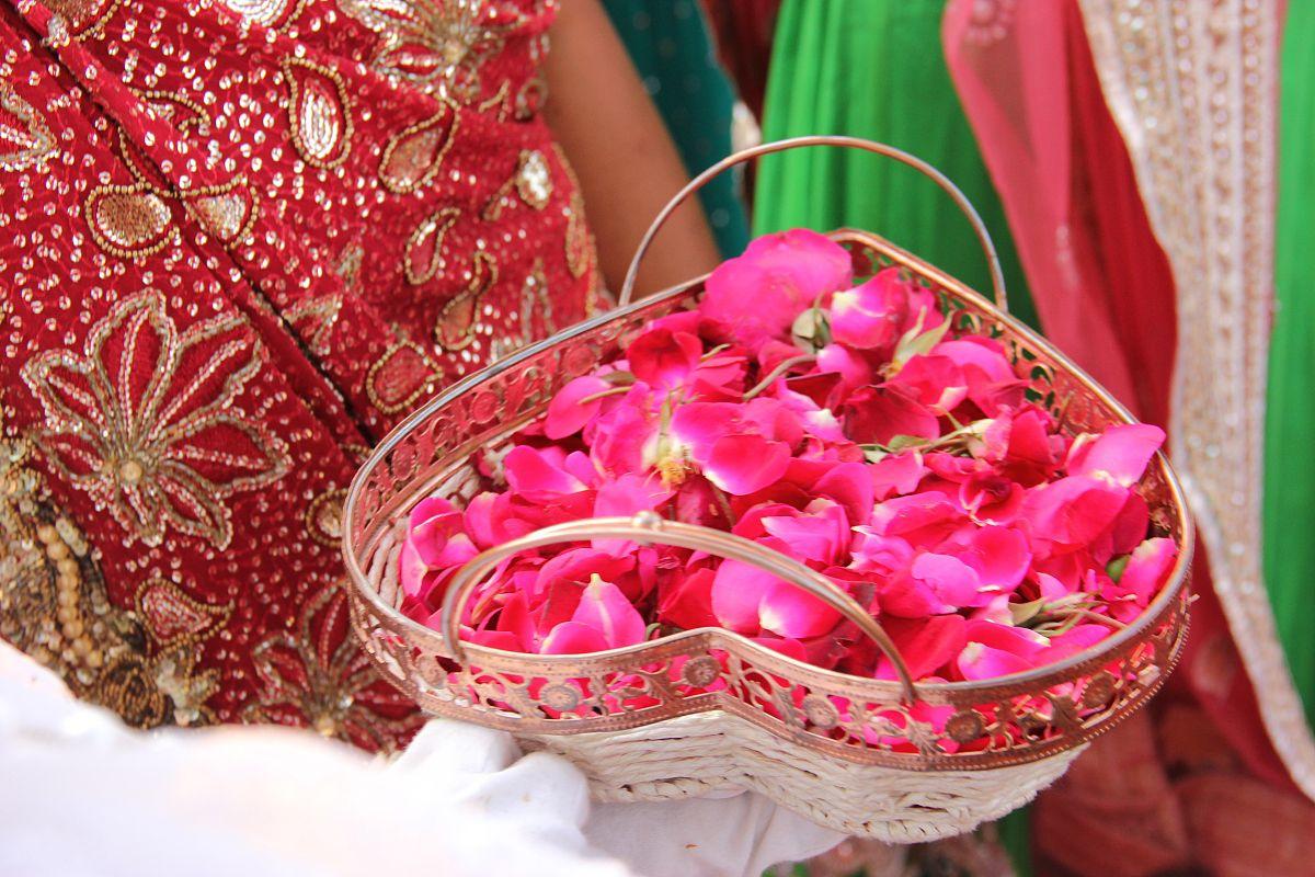 心形碗里的玫瑰花瓣图片