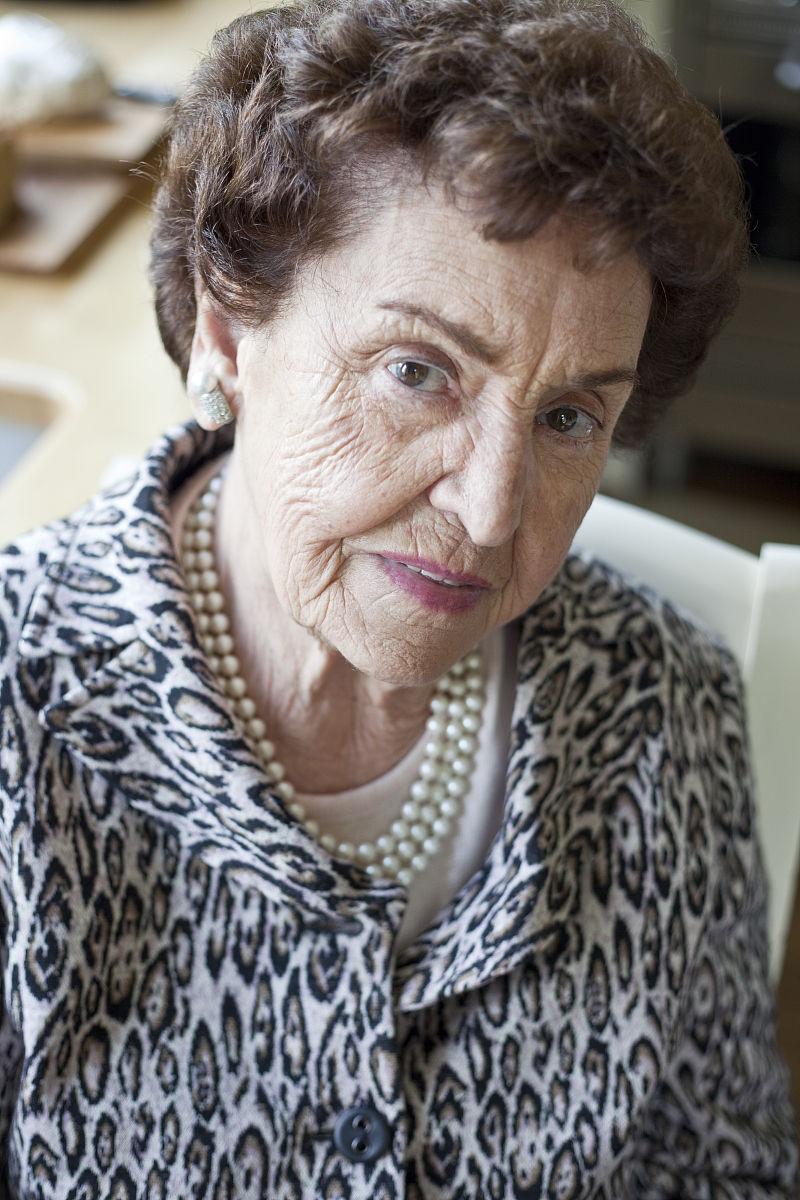 老太太灰短发发型图片