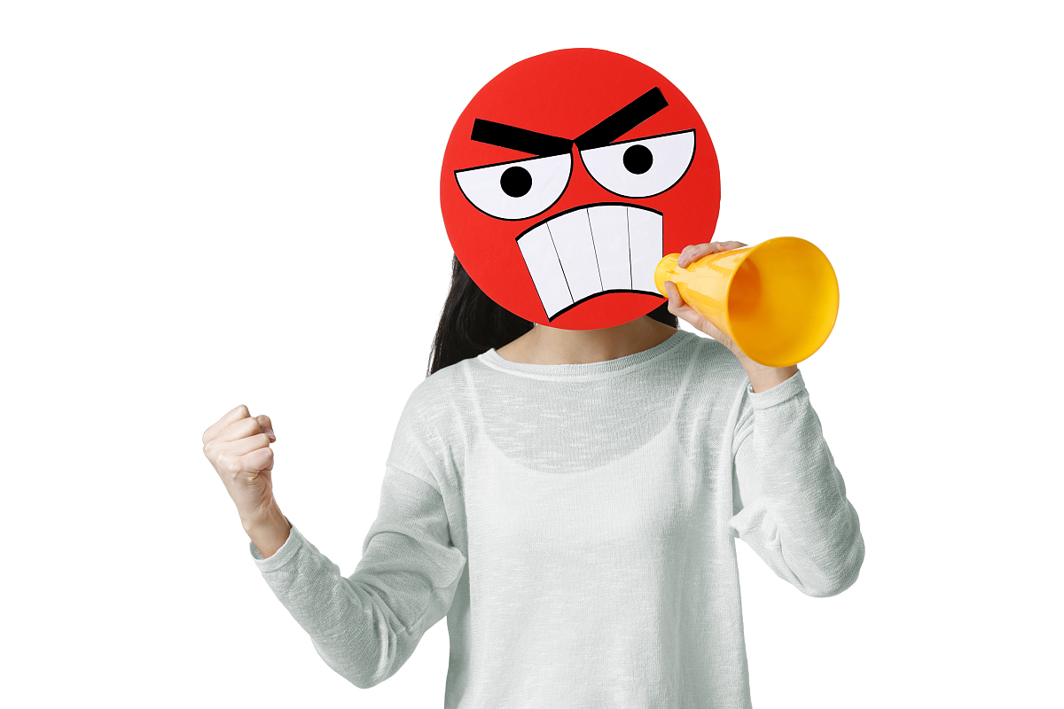年轻女子戴着一张发怒的卡通脸大喊图片图片