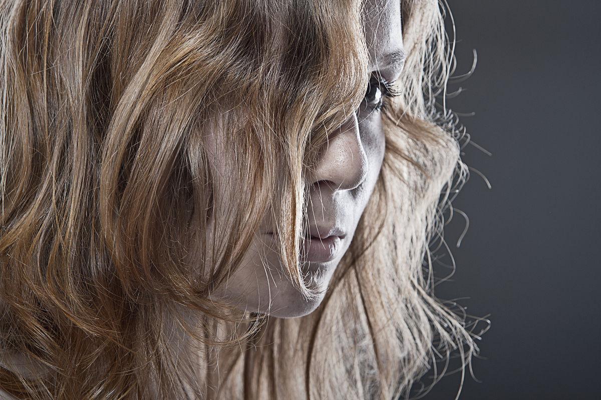 红发女孩头发遮脸图片图片