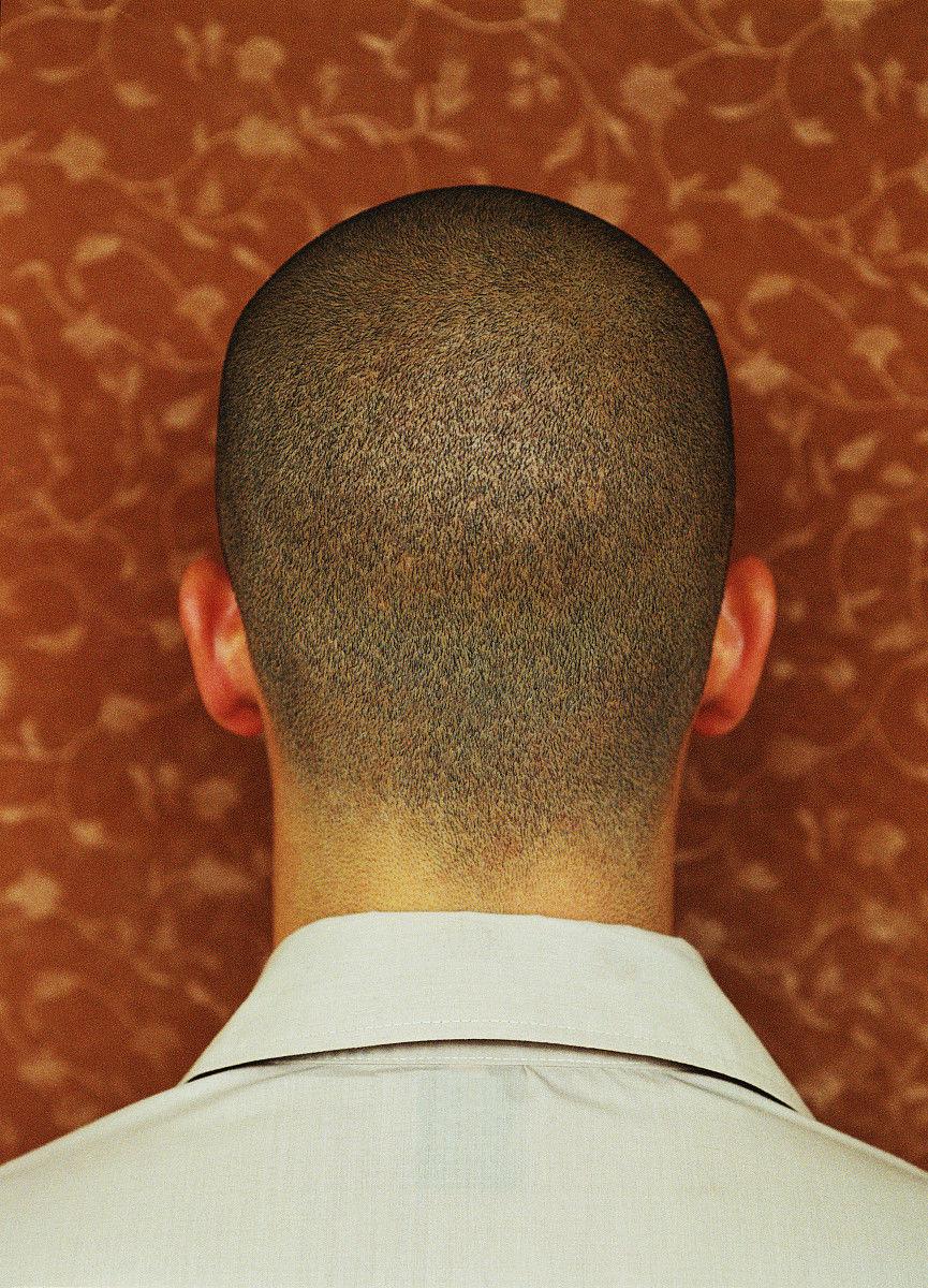 仅青年男人,仅一个青年男人,20多岁,20岁到25岁,上装,发型,剃光头图片图片