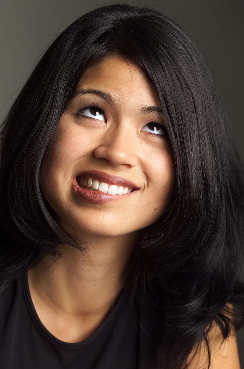 亚州女人�9�'�od9o9f�x�_漂亮的亚洲女人长黑头发穿深色衬衫咬下嘴唇紧张地朝上看