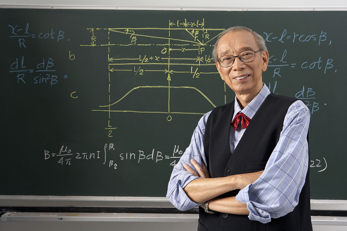 大学老师在上课图片图片