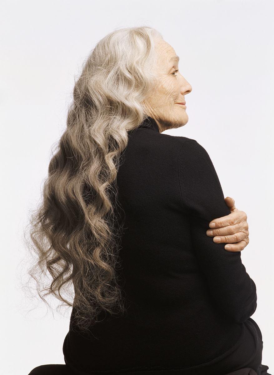 一个人,发型,卷发,仅老年女人,仅一个老年女人,衣服,休闲装,坐,白发图