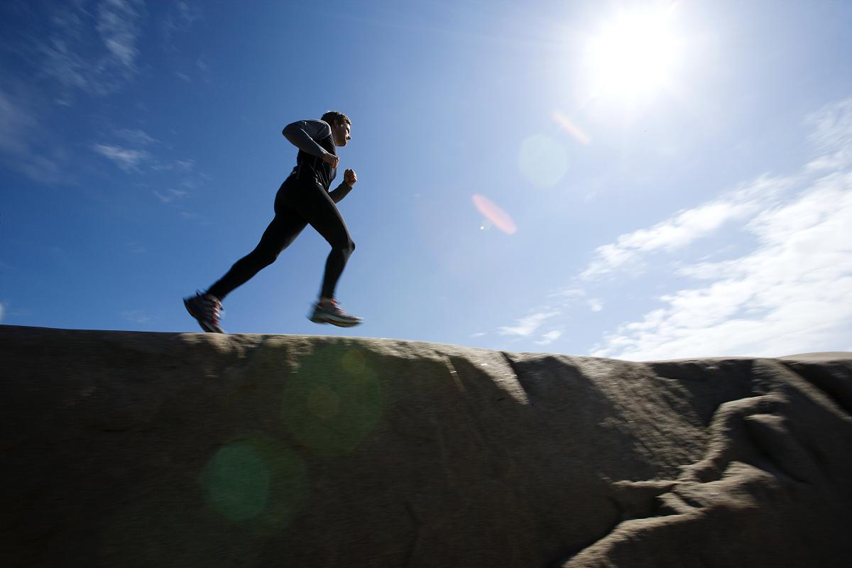 跑在悬崖顶上的男人图片