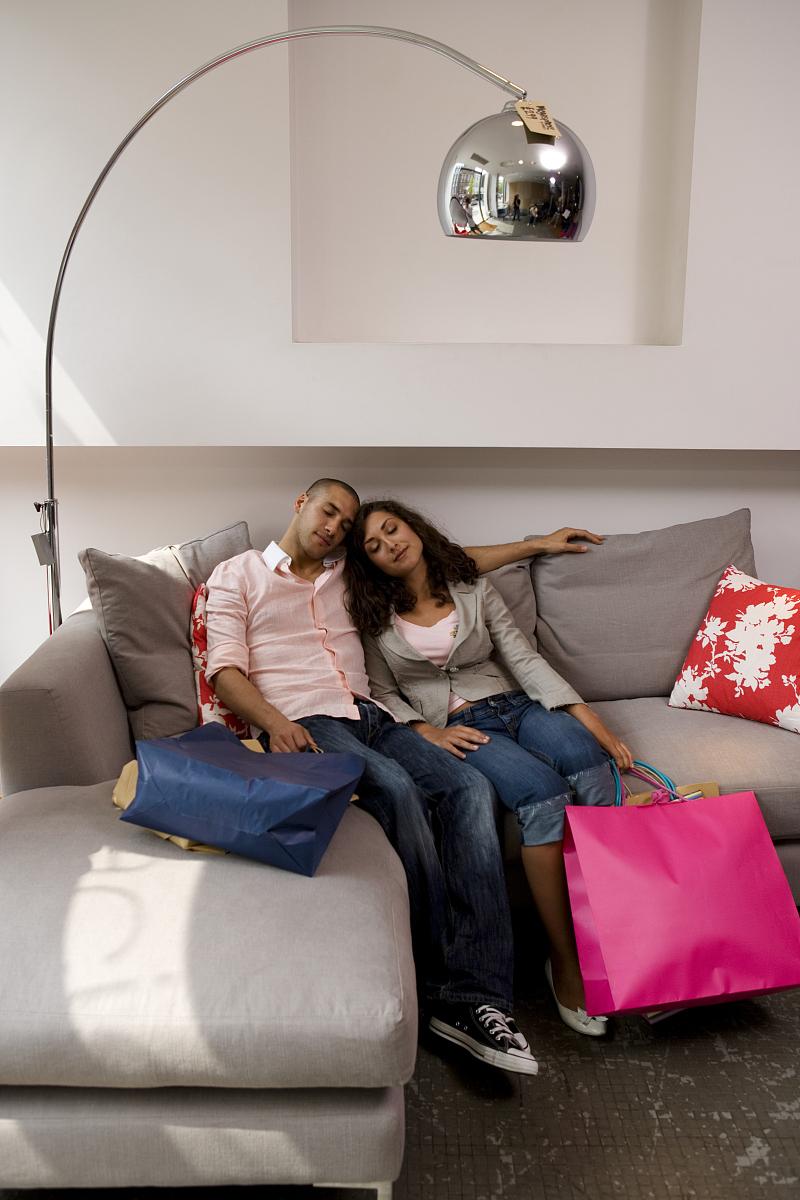伦理睡觉_女的在蓝色沙发上睡觉动态图出处