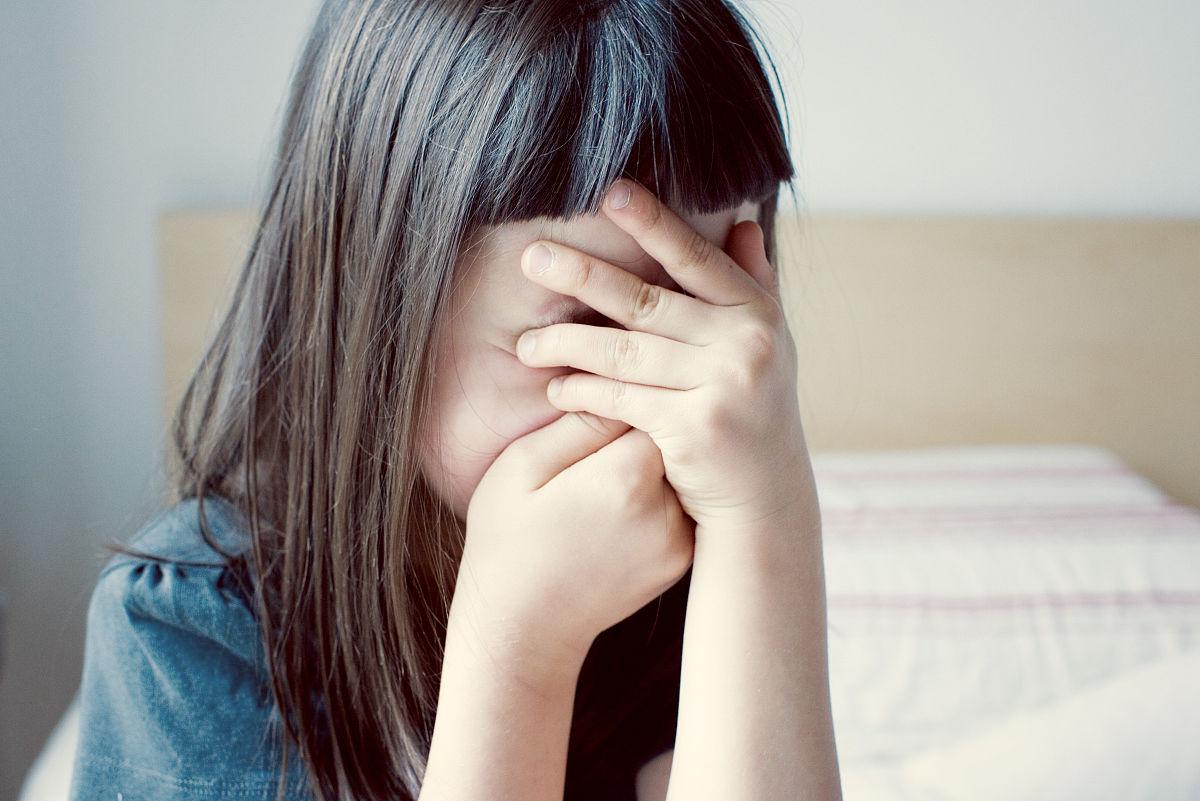 小女孩害羞捂脸表情_动漫捂脸害图片