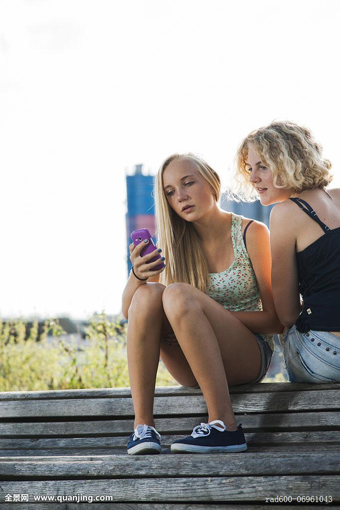 少女,室外,看,手机,德国图片