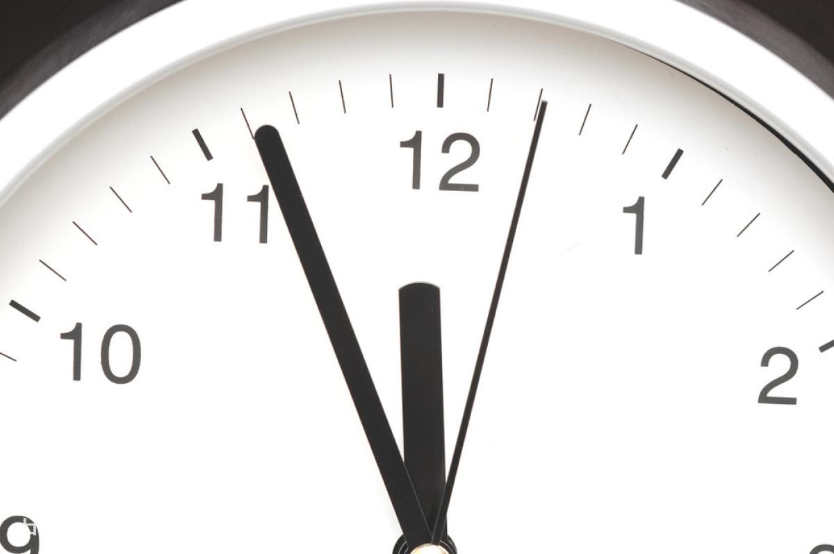 时间_时钟显示五分钟到中午的照片