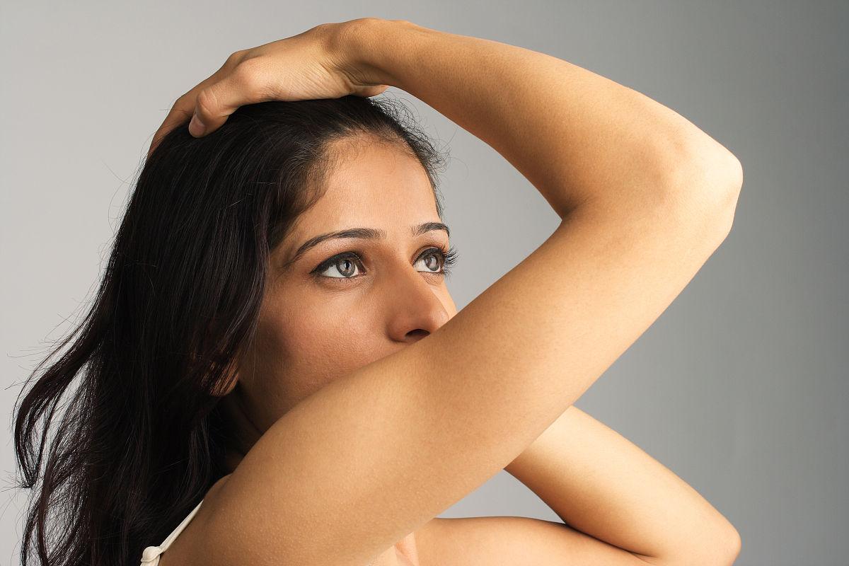 成年人青年人20到29岁彩色图片手插入头发姿态仅一个青年女人