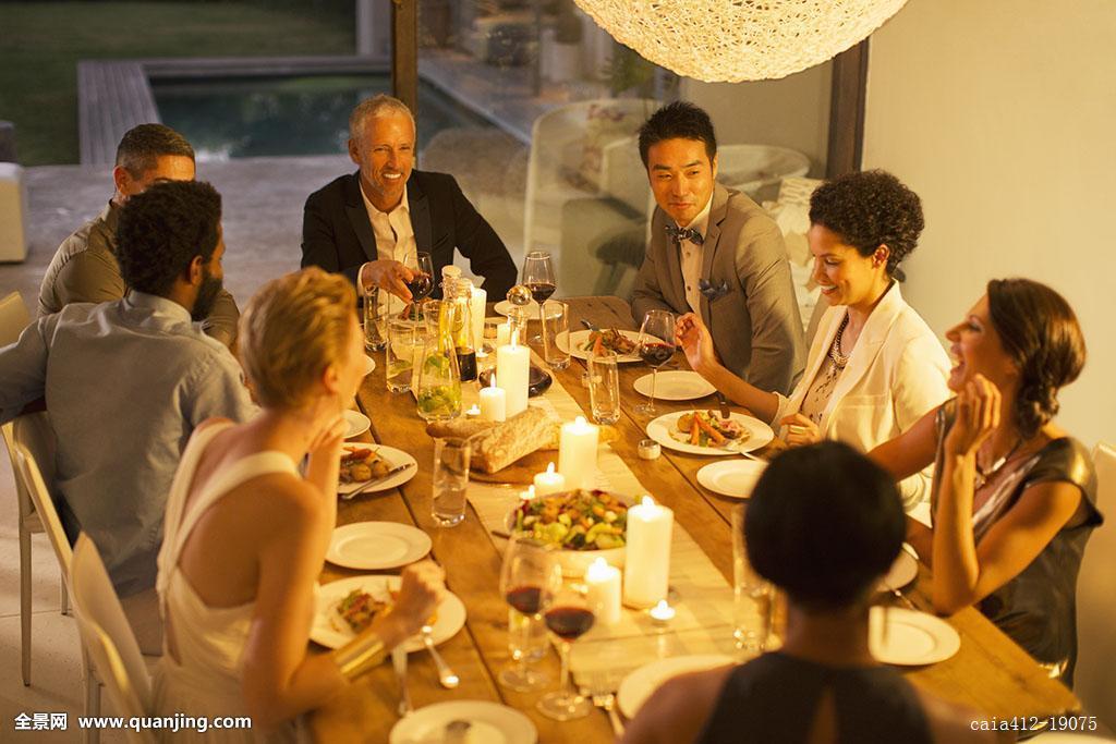 非洲人,金发,蜡烛,白人,庆贺,彩色照片,餐厅,餐饭,宴会,生活,吃饭图片