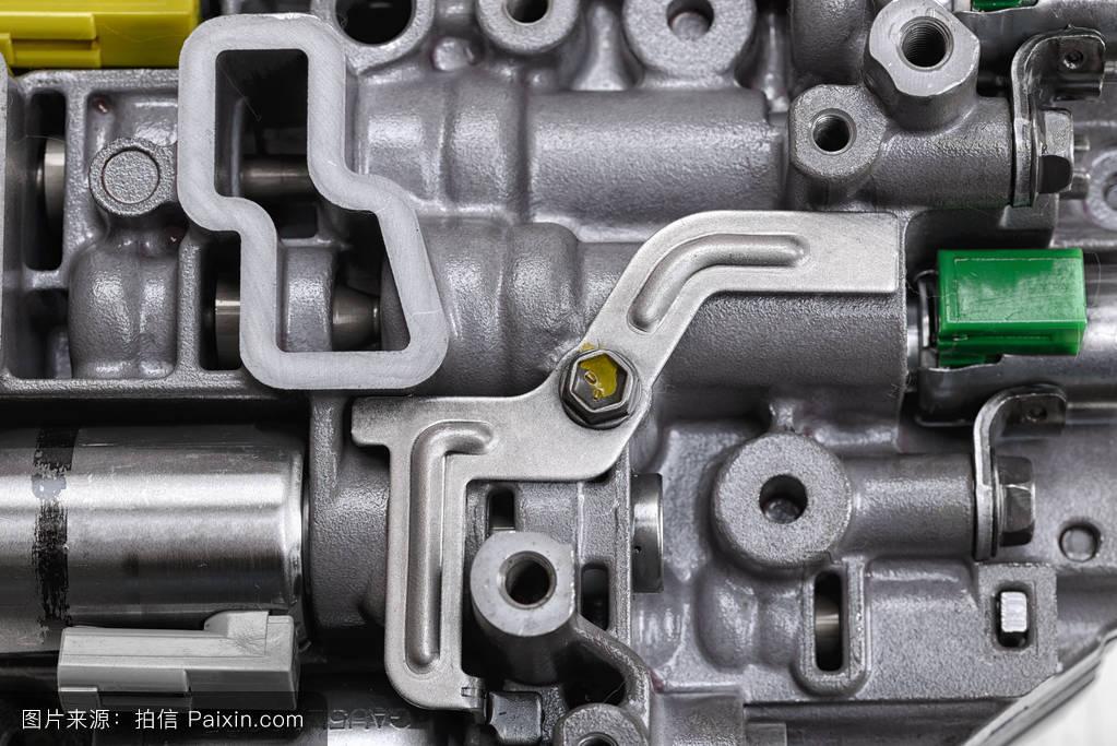 带有金属部件和液压阀的机械部件图片图片