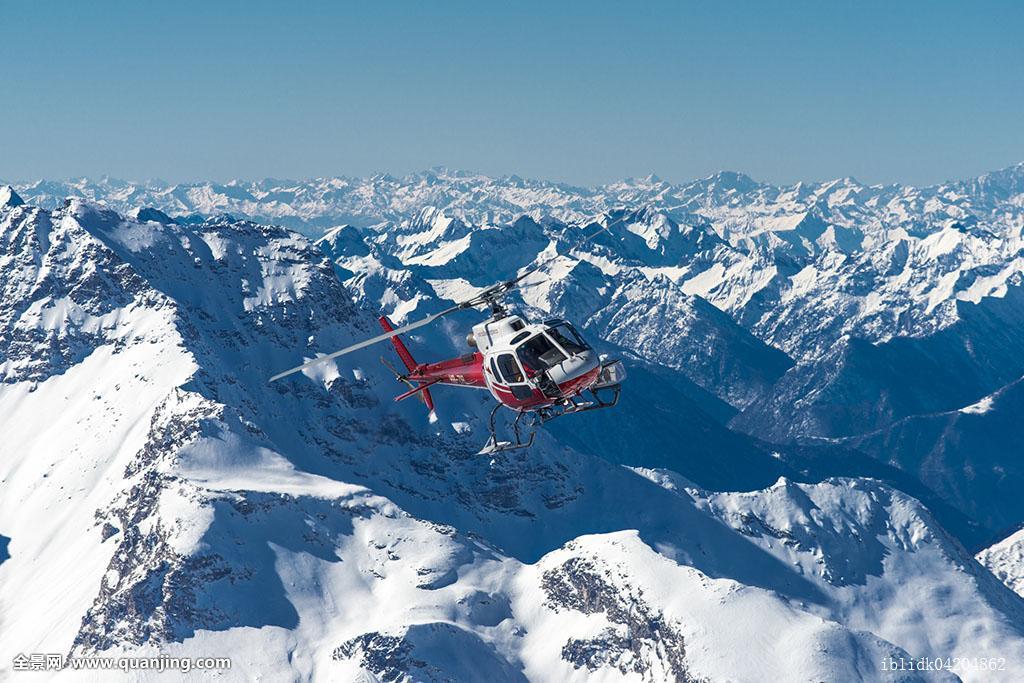 直升飞机飞行山冬天阿尔卑斯山恩加丁瑞士欧洲图片