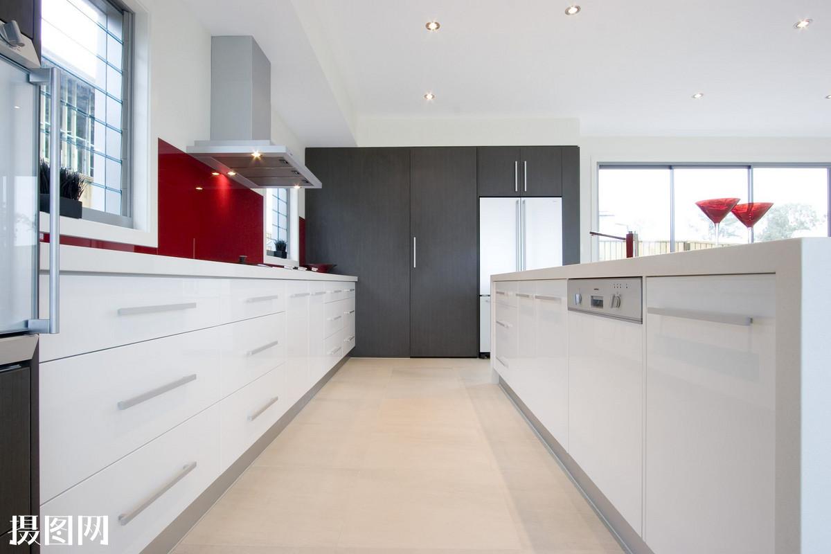 2白沙门 隐蔽的走在厨房. 特征黑木纹的高柜 客厅图片