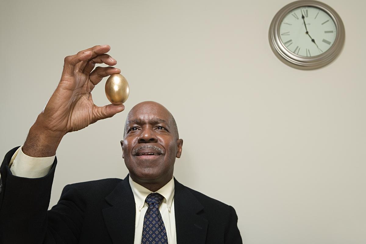 男子抱着金蛋图片