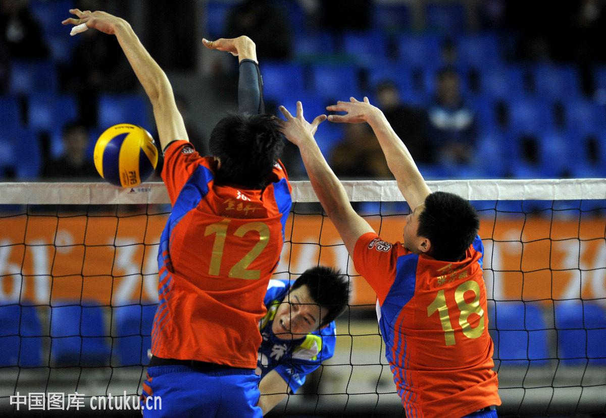 排球比赛的规则中 每局开始时所决定的球员位置轮转顺序均须维持到该