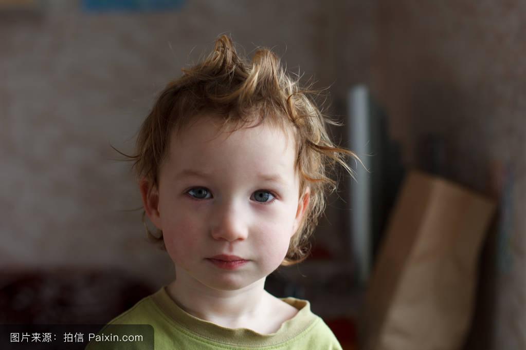 他有一头漂亮的秀发.可爱的宝宝.图片