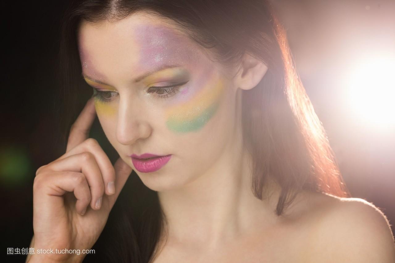 看看着美丽流行优等裸体手托脸化妆品难过嫩模美容美女肩