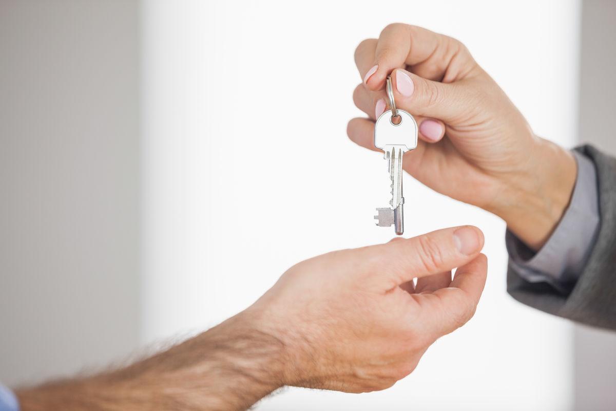 房地产经纪人给客户房子的钥匙