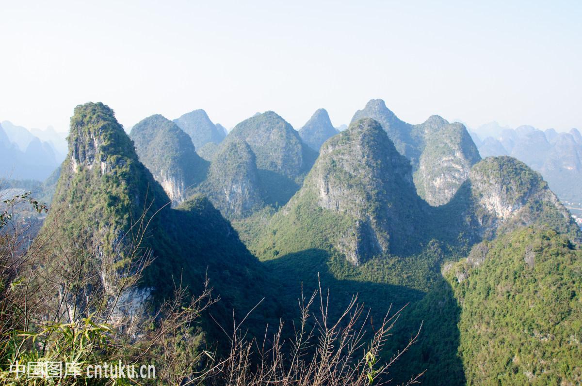 桂林美丽的喀斯特地貌山景图片