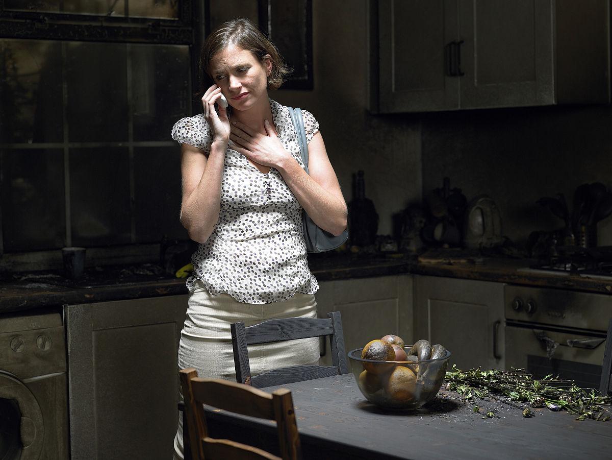 在厨房里哭泣的女人