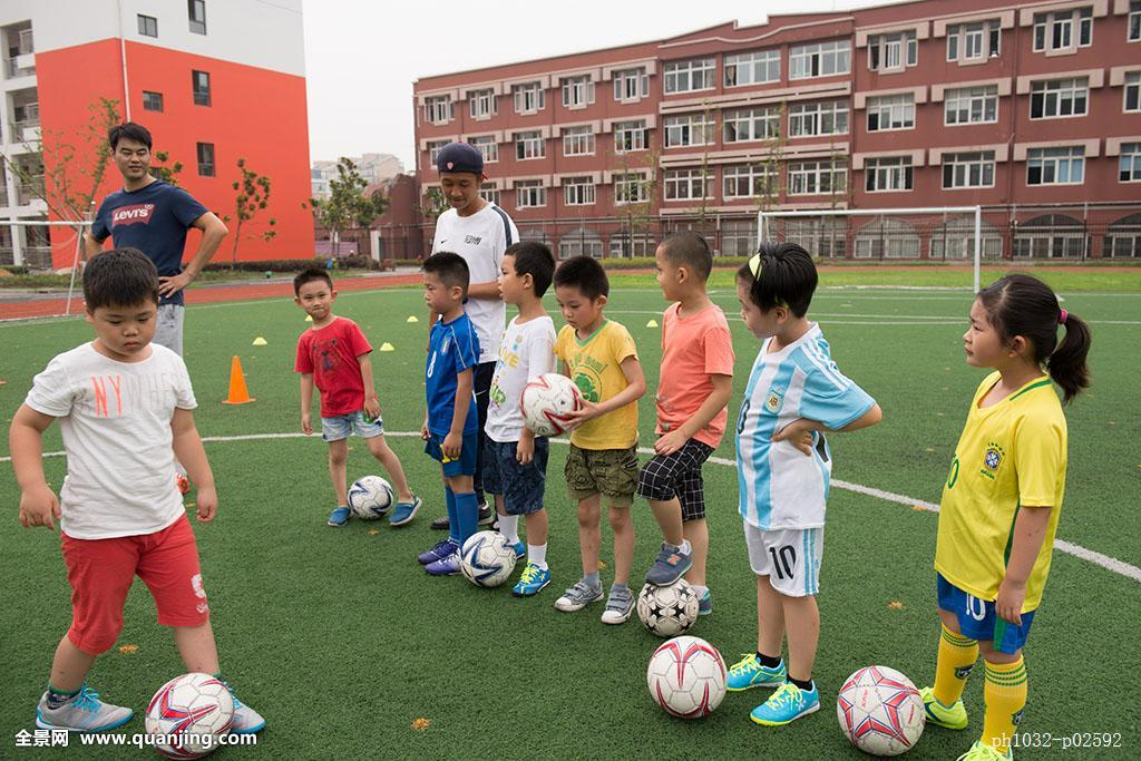 小学�y.bz(�ZJ~XZ_上海浦东北蔡中心小学开展的暑期足球培训课程