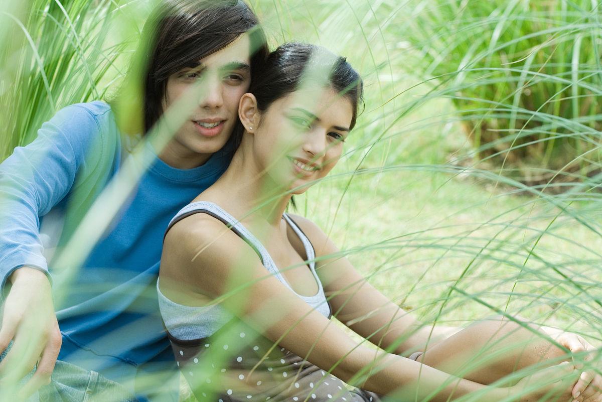 彩色图片特写拍摄环境户外两个人男少男植物草类女女人
