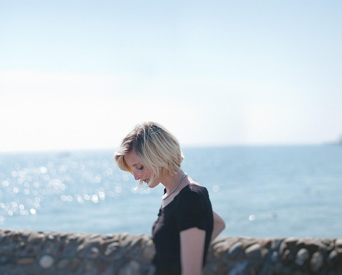 海边短发女生头像背影图片图片