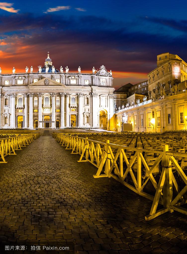 请问,梵蒂冈大教堂建筑是什么风格 有多大