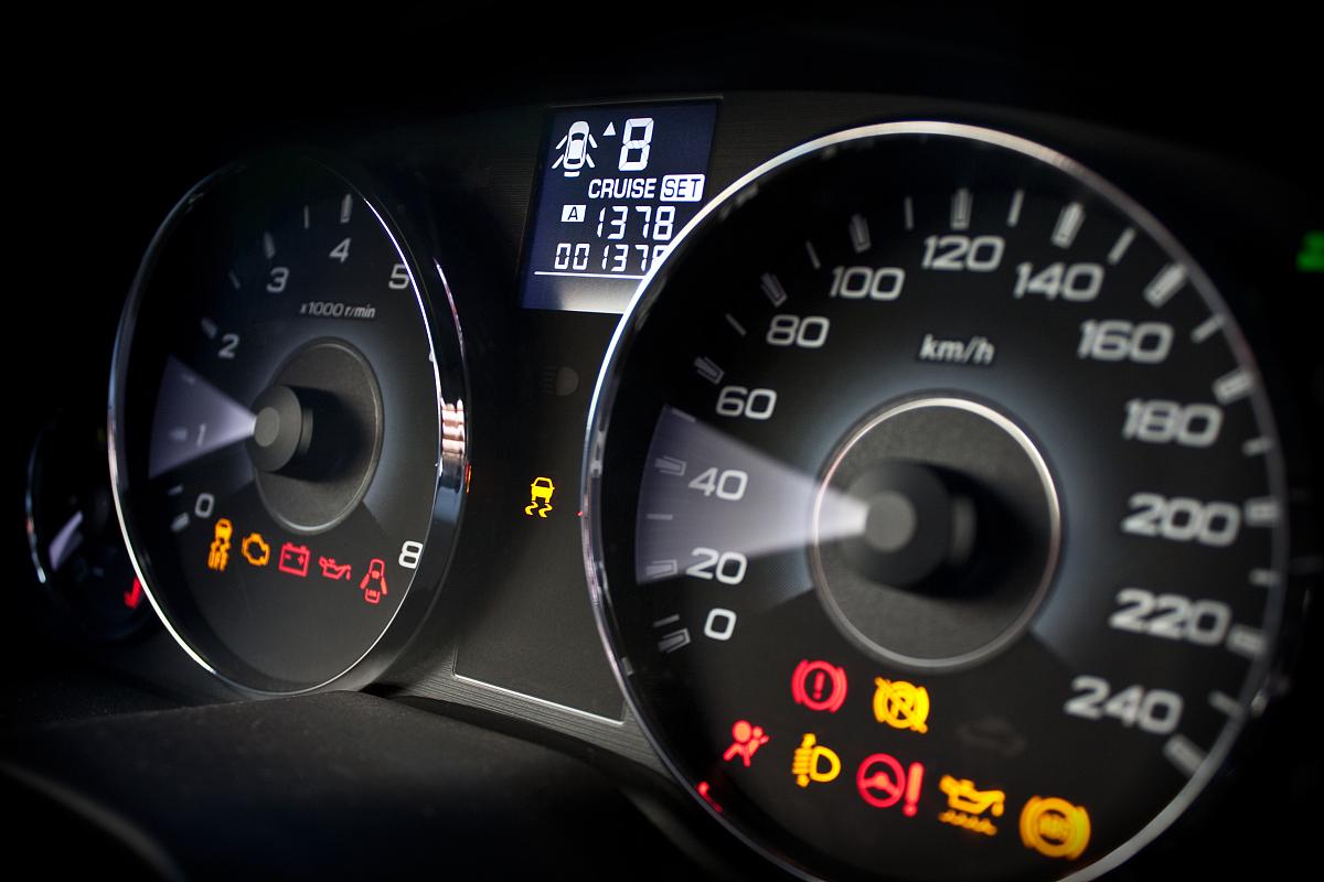 汽车故障灯和机油压力灯亮是什么意思