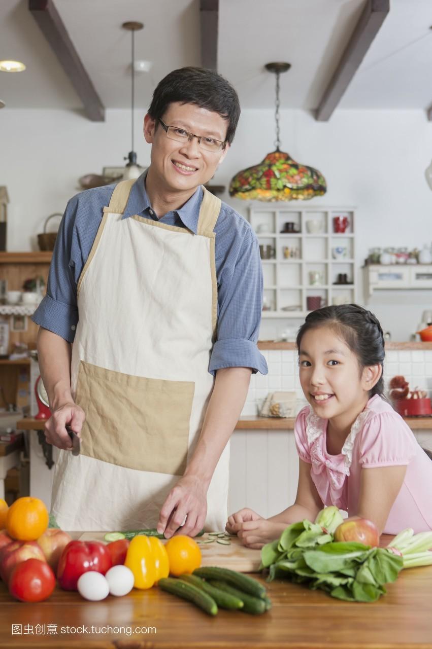 厨房,只出现父亲,纾压,亲情,乐活,品味生活,温馨,炊具刀,美味,一家人图片