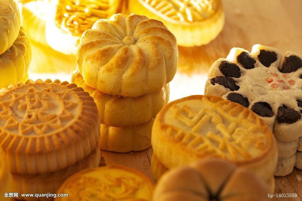 中国节日中秋月饼糕点摆放在案板上图片