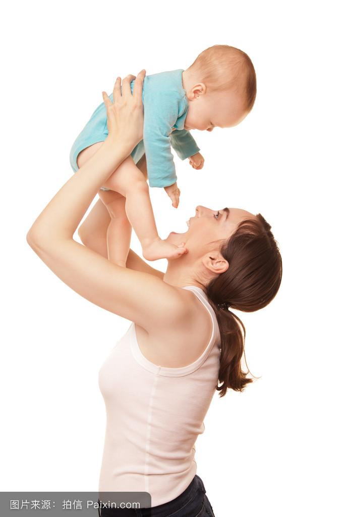 可爱妈妈抱着可爱宝贝的照片图片